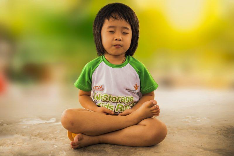 Un enfant qui médite